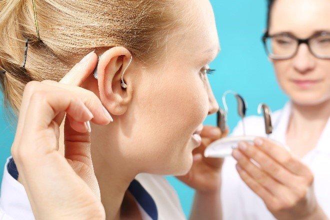 Jak wybrać aparat słuchowy inieprzepłacić