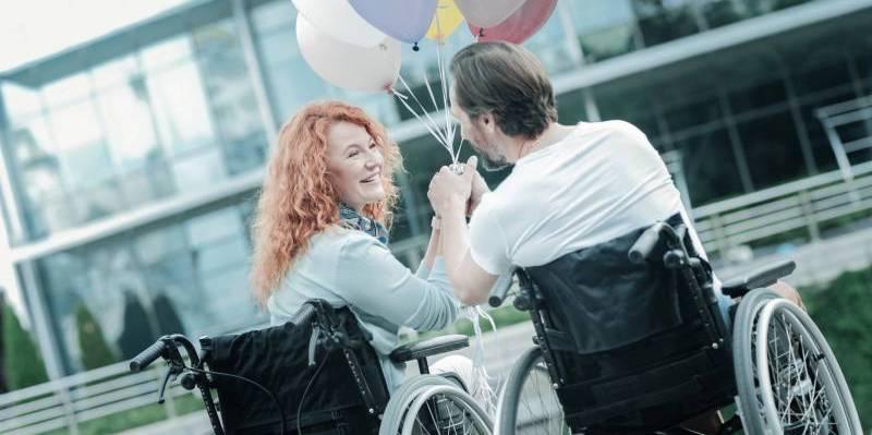 Akcesoria dla niepełnosprawnych – przegląd sprawdzonych rozwiązań ułatwiających codzienną opiekę