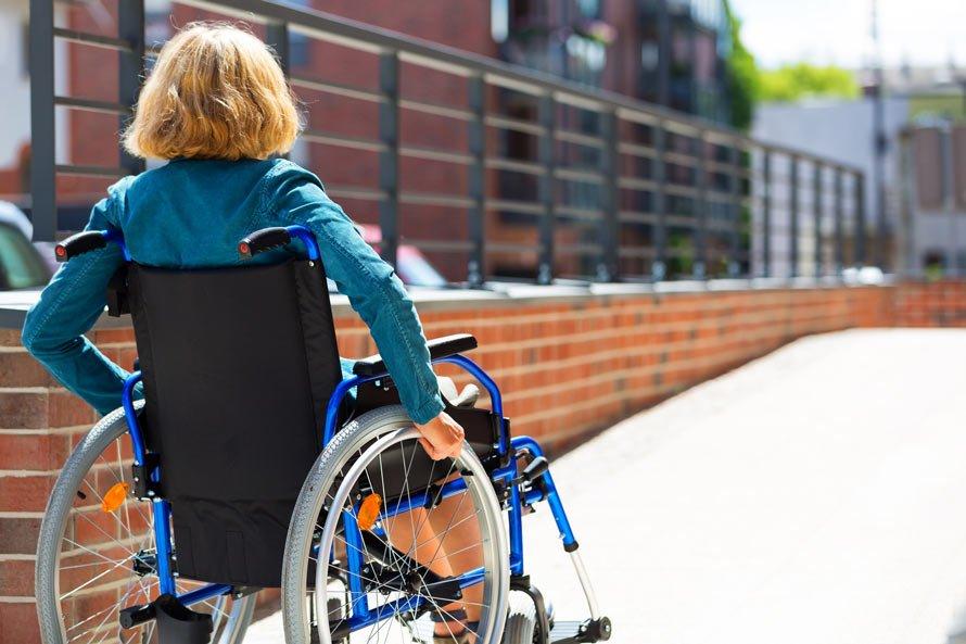 Zdjęcie kobiety nalekkim wózku inwalidzkim