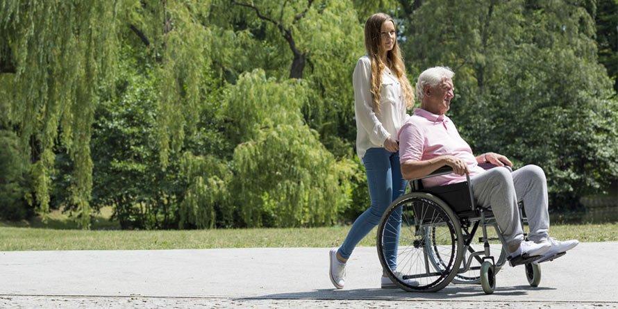 Wózek inwalidzki – refundacja NFZ. Komuikiedy przysługuje?