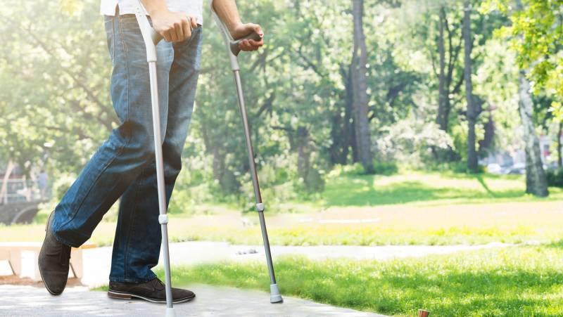 Kule inwalidzkie – jak je dopasować, jak chodzić okulach?