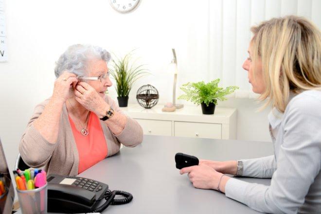 Protetyk słuchu doradza Klientce aparat słuchowy na wynajem