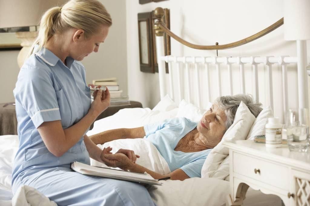 Higiena osoby leżącej – jak umyć jej ciało igłowę?