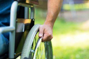 Mężczyzna nawózku inwalidzkim.