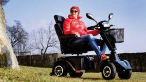 Senior naelektrycznym skuterze inwalidzkim