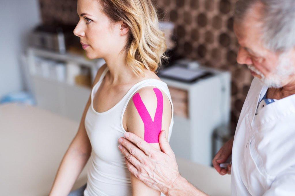 Plastrowanie (kinesjotaping), jako sposób nauśnieżenie bólu - brandvital.eu