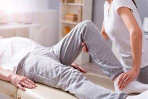 Rehabilitantka ćwicząca zpacjentem.