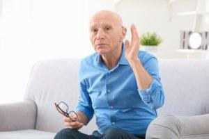 Starszy Pan wykonuje gest nastawienia ucha.