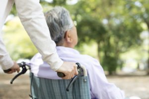 Mężczyzna nawózku inwalidzkim podczas spaceru - brandvital.eu