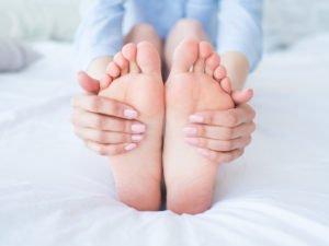 Stopy obejmowane rękoma - warto systematycznie wykonywać badania stóp