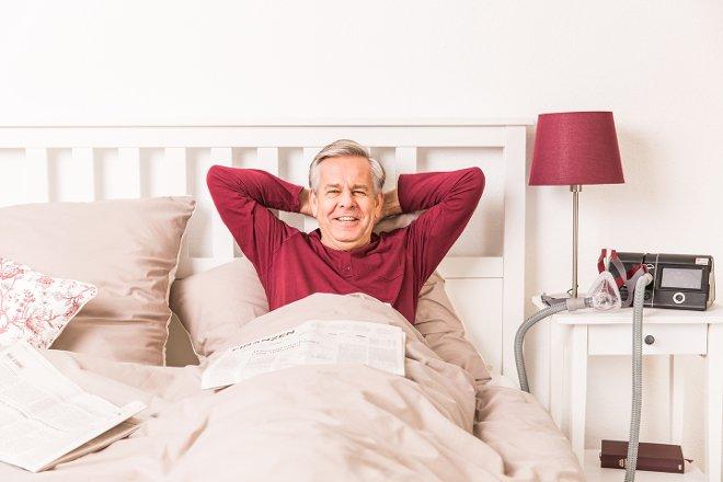 Mężczyzna w łóżku wyspany dzięki użyciu CPAP