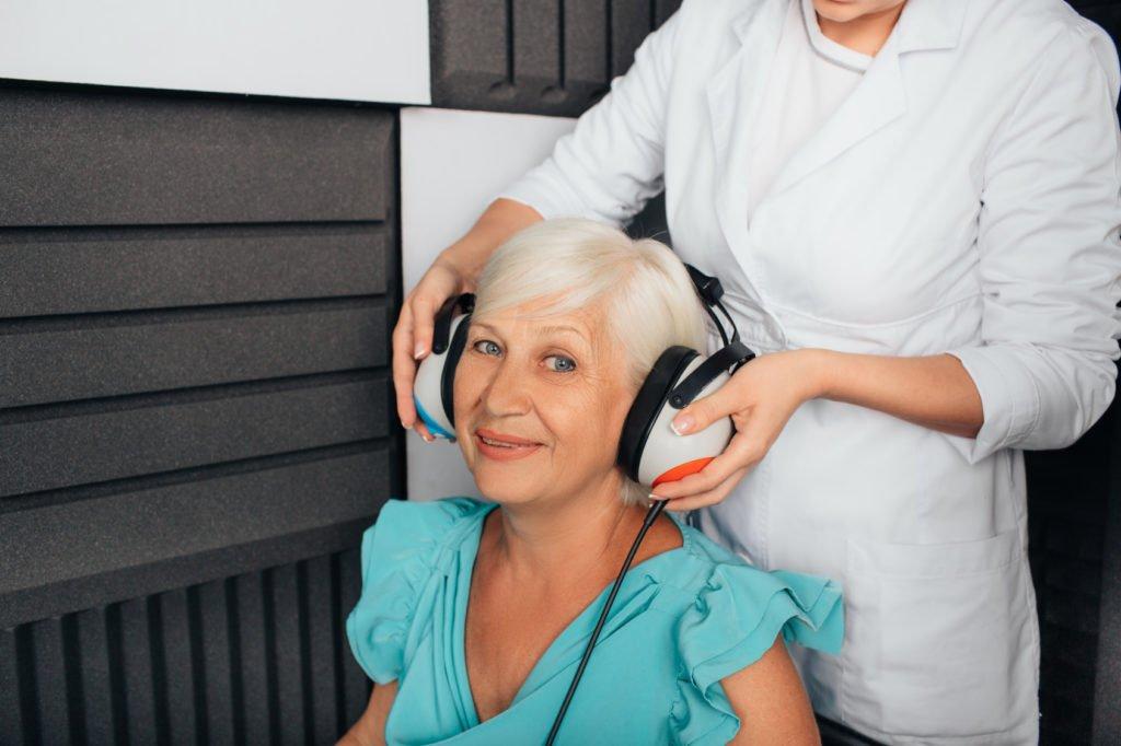 Badanie słuchu ustarszej kobiety zobjawami niedosłyszenia - brandvital.eu