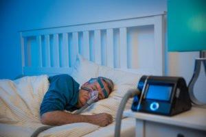 Mężczyzna śpiący wmasce doaparatu CPAP - brandvital.eu