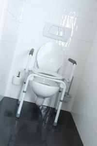 Krzesło toaletowe włazience dla osób niepełnosprawnych - brandvital.eu
