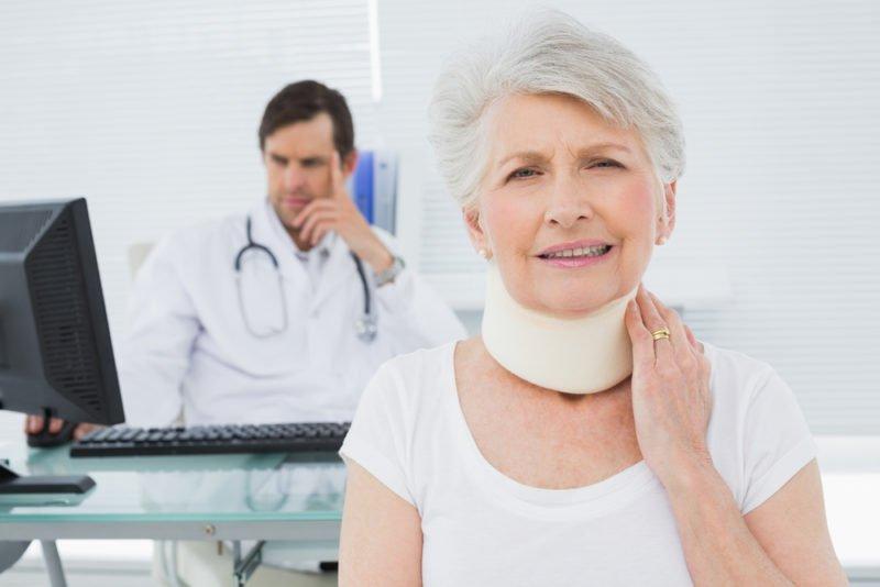 Starsza kobieta zzałożonym kołnierzem ortopedycznym podczas badania - brandvital.eu