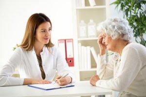 starsza kobieta zlekarzem przedpomiarem ciśnienia - brandvital.eu