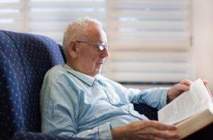 Starszy mężczuzna siedzący wfotelu geriatrycznym - brandvital.eu