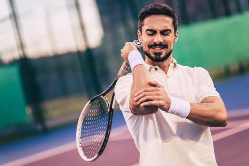 Łokieć tenisisty – przyczyny, objawy, leczenie, rehabilitacja