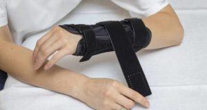 Ręka zzałożonym stabilizatorem.