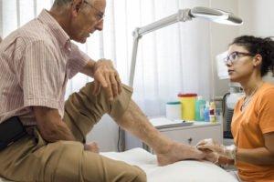 Lekarz przeprowadzający badanie opadającej stopy