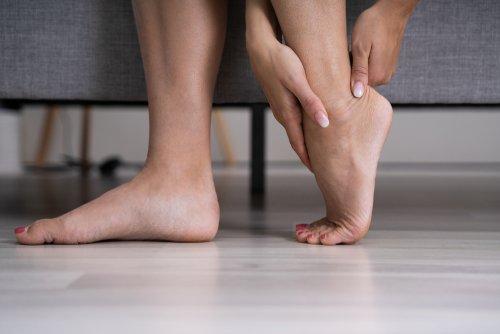 Objawem zapalenia ścięgna Achillesa jest silny ból pięty iłydki nadole - brandvital.eu