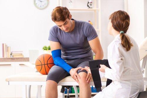 Kolano skoczka – przyczyny, objawy, leczenie, ćwiczenia