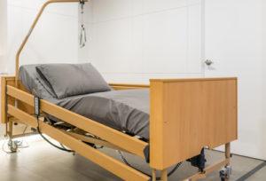 Łóżko sterowane pilotem ułatwia opiekę nadosobą niepełnosprawną - brandvital.eu