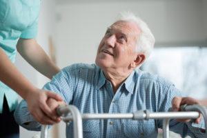 Rehabilitacja poendoprotezie stawu biodrowego może trwać nawet kilkanaście miesięcy.