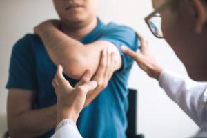 Zapalenie stawu barkowego – przyczyny, objawy, leczenie