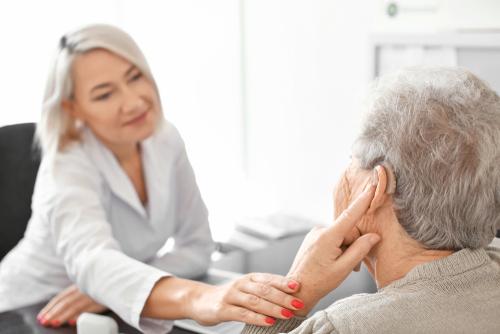 Korzystanie zaparatów słuchowych zmniejsza ryzyko demencji, depresji istanów lękowych