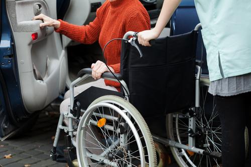 Bezpieczny przewóz osób niepełnosprawnych – jak dostosować samochód iwjakie akcesoria się zaopatrzyć?