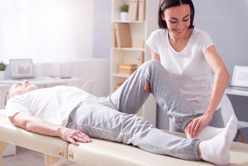 Rehabilitacja poartroskopii kolana – zalecenia fizjoterapeutów iprzydatny sprzęt