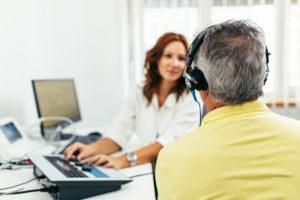 protetyk słuchu prowadzi badanie audiometryczne