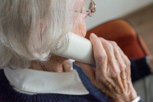 Specjalista oddoboru aparatu nabezdech senny powinien odpowiedzieć nawszystkie pytania. Kobieta rozmawia przeztelefon.