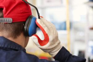 Praca whałasie przy aparacie słuchowym