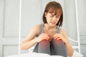 Ból kolan wnocy – gdzie należy upatrywać przyczyny?