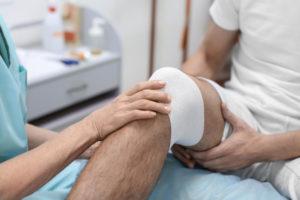 Zapalenie stawu kolanowego – leczenie, objawy iprzyczyny