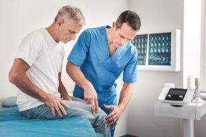 Badanie przeprostu kolan upacjenta przezlekarza